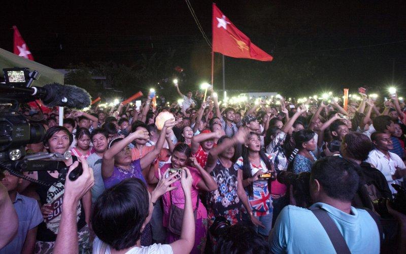 翁山蘇姬領導的全民盟在8日的國會大選中囊括70%選票,支持者歡欣鼓舞。(美聯社)