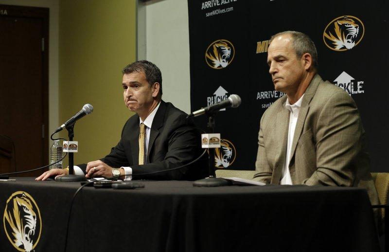 美國密蘇里大學美式足球校隊教練平克爾(右)。(美聯社)