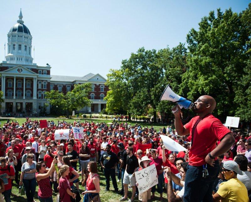 不滿校方種族歧視作法的學生聚集校園中進行抗爭。(美聯社)