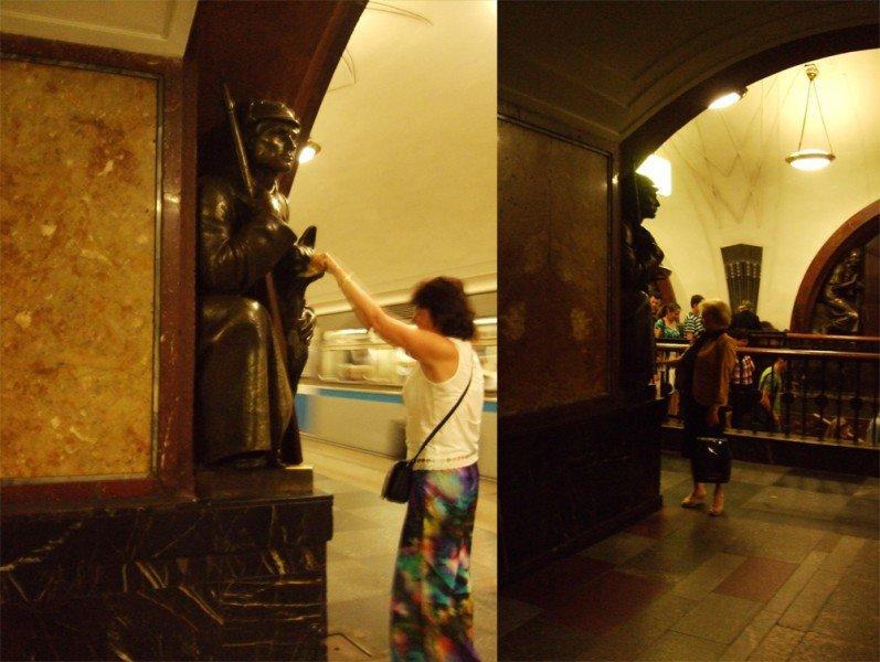 搭地鐵的乘客們正在摸青銅像祈求好運。