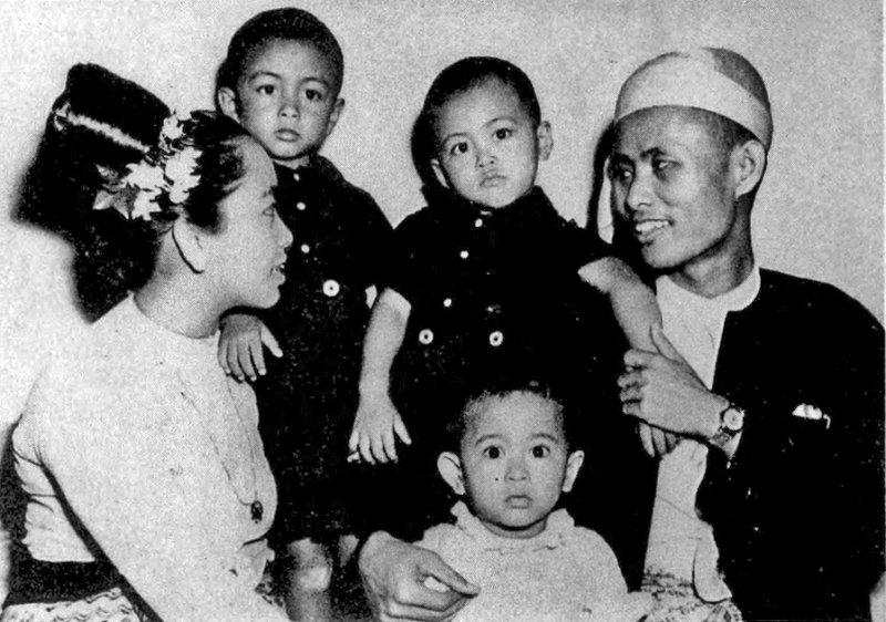 翁山蘇姬(前排中)與父親、母親、2個哥哥的全家福(維基百科)