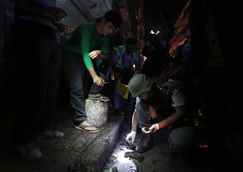 黎巴嫩軍方調查員檢視爆炸現場(美聯社)