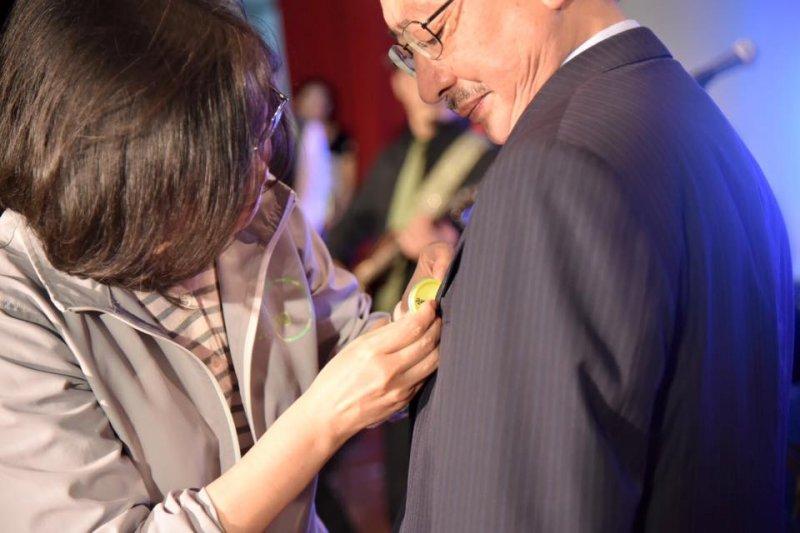 蔡英文13日晚間在新竹出席科技論壇活動,替民進黨立院黨團總召集人柯建銘強力背書加持,她對柯建銘的評價就是「不可或缺的人,一定要留在立院裡面。」(民進黨提供)