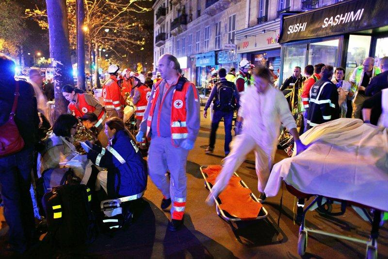 巴黎恐怖攻擊。在巴塔克蘭劇院(Bataclan)槍擊發生後,被疏散的人們在路邊長椅上休息。兇手挑在人人放鬆紓壓的周五晚上,展開一連串攻擊,造成法國自二戰以來最嚴重的傷亡。(美聯社)