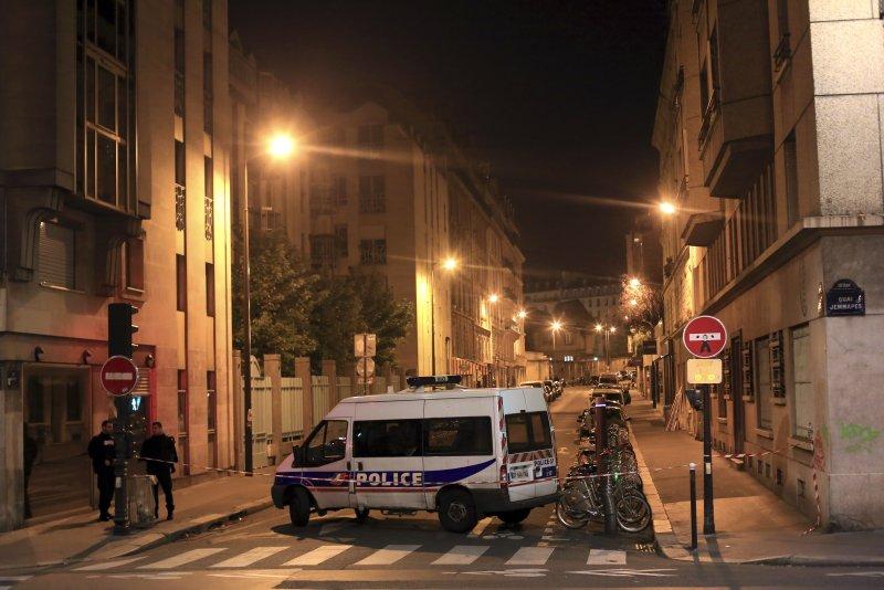 巴黎恐攻案發地點的警方(美聯社)