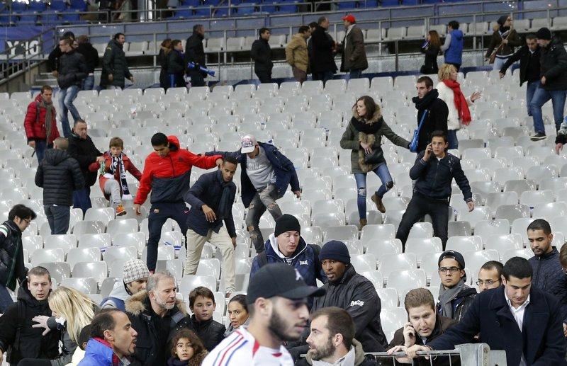 法國球迷從體育館撤離(美聯社)