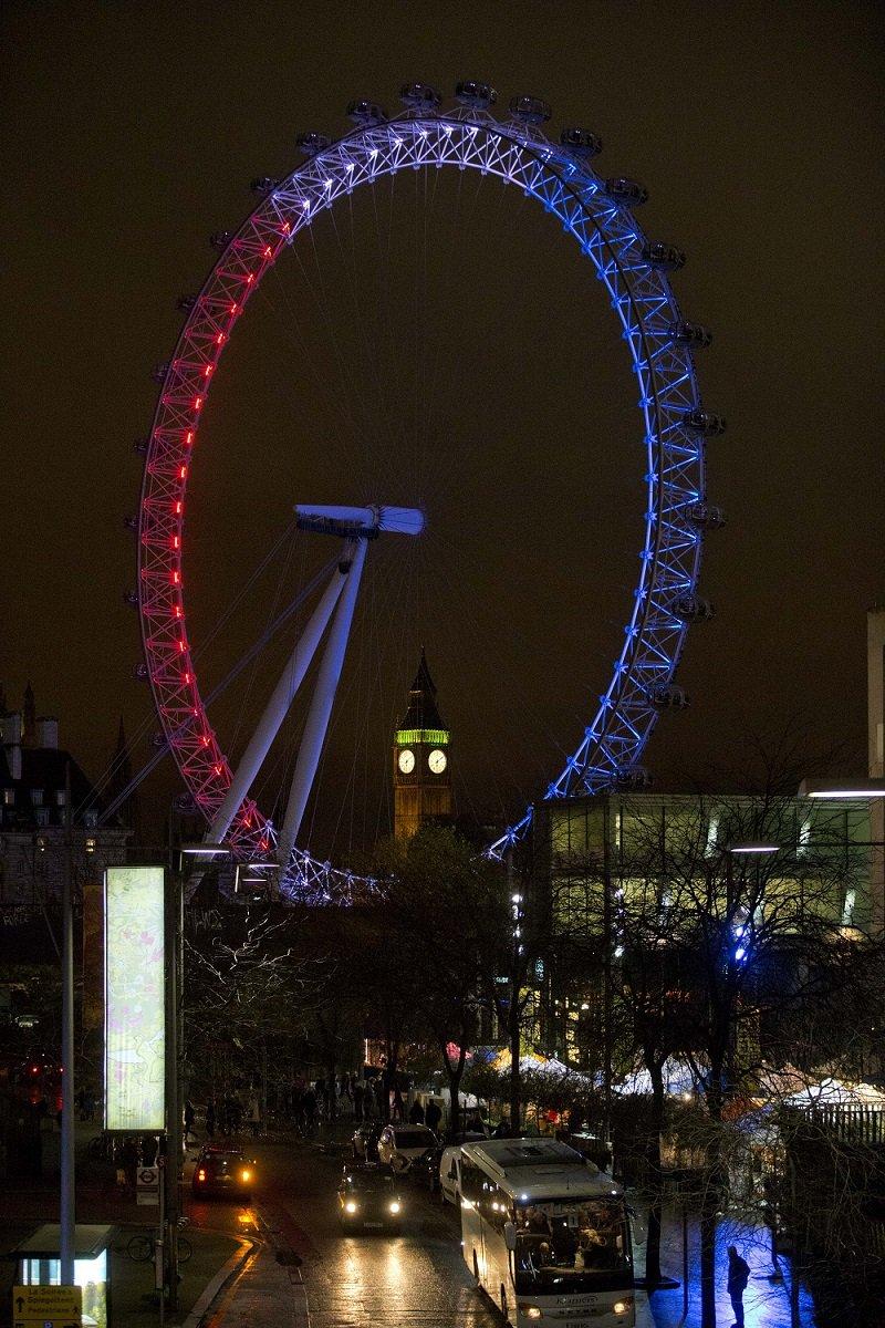 倫敦眼打上象徵法國國旗的紅白藍三色(美聯社)