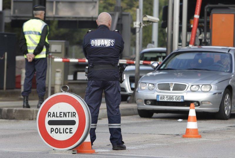 2011年法國警方於法義邊界檢查車輛(美聯社)
