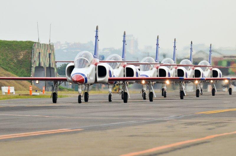 20151119-空軍新竹基地紀念新竹戰役戰機性能展演營區開放.B.雷虎小組-AT-3攻擊教練機.自強號(陳明仁攝)