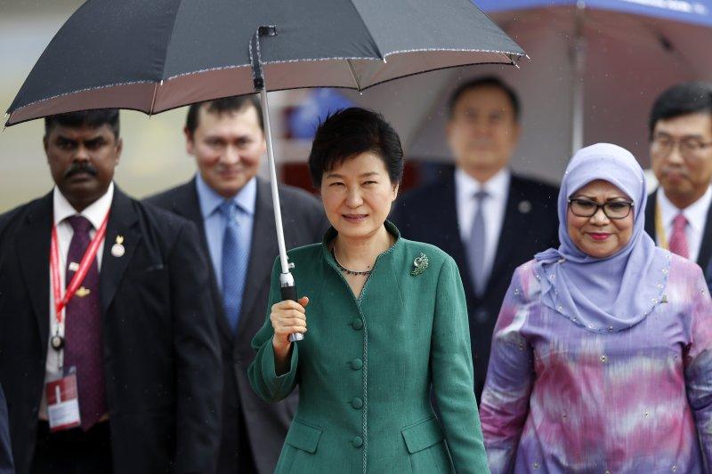 南韓總統朴槿惠20日抵達馬來西亞首都吉隆坡,準備參加東協峰會(美聯社)