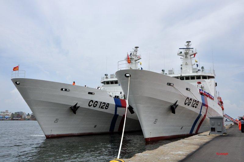 海巡署宜蘭艦(左)與高雄艦已完成40快砲安裝及測試,強化海巡艦艇打擊火力。(取自維基百科,RudolphChen攝/CC BY 4.0)