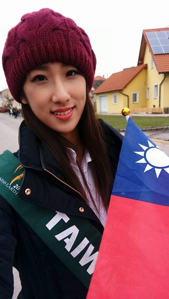 「地球小姐」台灣代表丁文茵披「台灣」背帶遭主辦單位打壓。(取自Dingding 丁丁丁臉書)