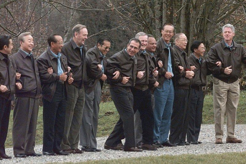 1997年11月,時任南韓總統金泳三(左二)參加APEC領導人會議,右為美國總統柯林頓(美聯社)