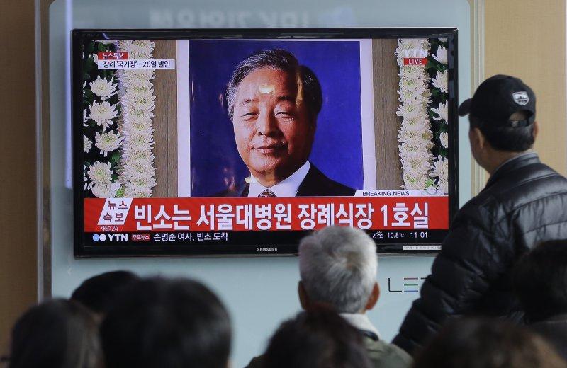 南韓前總統金泳三病逝,民眾觀看電視新聞報導(美聯社)
