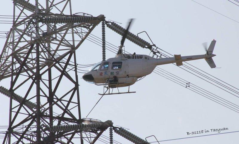 凌天航空主要業務就是承包台電的電塔礙子清洗,從他們所經營的臉書粉絲專頁的照片中也可看出這項工作的專業性及危險程度。(取自凌天航空臉書)