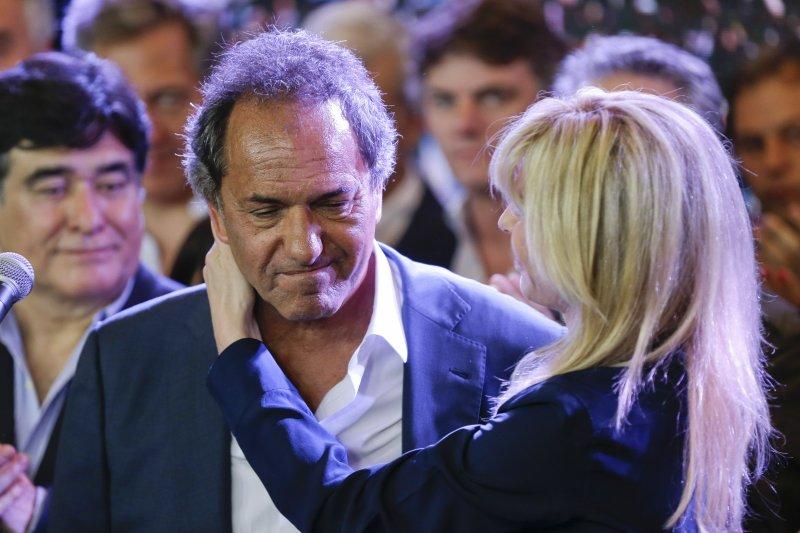 肖利發表敗選演說完後,妻子給他一個擁抱(美聯社)