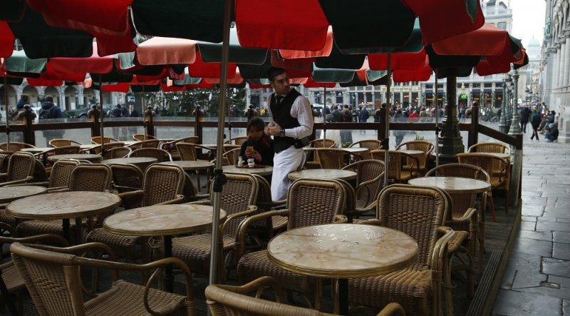布魯塞爾大廣場一間餐廳中,服務生與唯一一名顧客(美聯社)