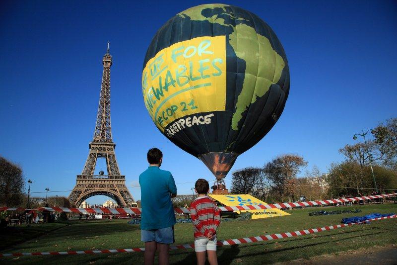 巴黎艾菲爾鐵塔前的活動熱汽球。(美聯社)