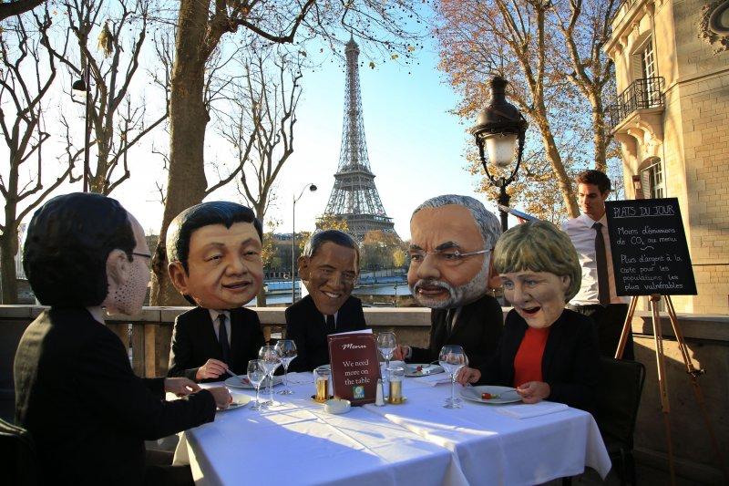 示威團體成員戴上若干國家領袖面具,包括法國總統奧朗德(左起)、中國國家主席習近平、美國總統歐巴馬、印度總理莫迪,和德國總理梅克爾。(美聯社)