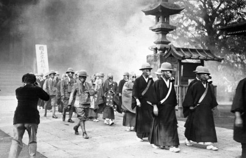 1936年5月30日,日本東京,大淺草寺的僧眾正為第二次中日戰爭做準備,防空演習中,他們戴上了防毒面具。(美聯社照片)