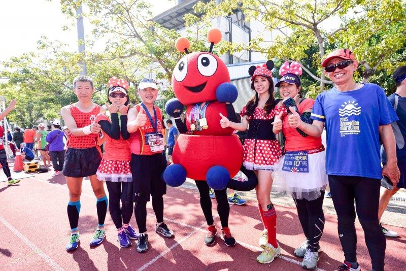 趙天麟(左三)表示, 「毅力」是跑馬拉松的座右銘。