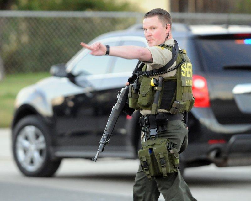 美國加州聖伯納迪諾爆發大規模槍擊案,至少14人遇害,執法人員全副武裝出動(美聯社)