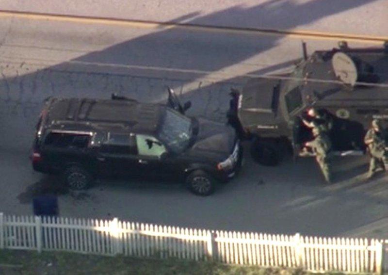 美國加州聖伯納迪諾爆發大規模槍擊案,軍警追緝兇嫌搭乘的黑色休旅車(左),擊斃2人(美聯社)