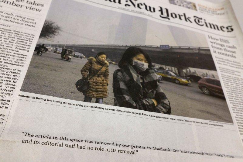 泰國發行的《紐時》頭版文章遭挖版,只留下「本欄文章遭泰國印刷者移除,與本報立場無關」。(取自美聯社)