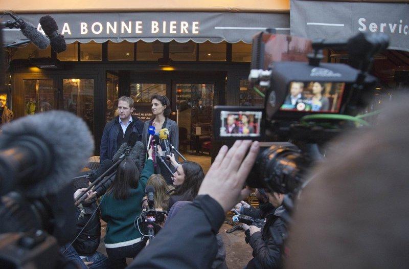 法國巴黎「美味啤酒」於4日重新開張,2名經理於店門口(美聯社)