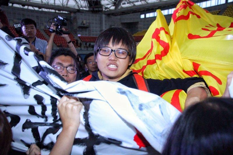 2016總統大選青年對談,國道收費員、反南鐵東移到場舉布條抗議(曾原信攝)