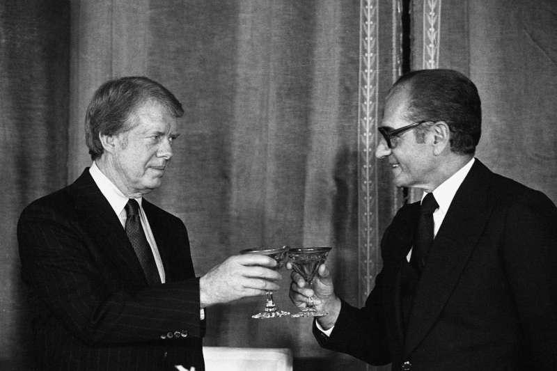 美國前總統卡特(Jimmy Carter)與伊朗前國王巴勒維(維基百科)
