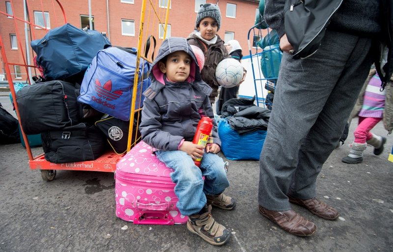 2名在德國的難民孩童及其行李(美聯社)