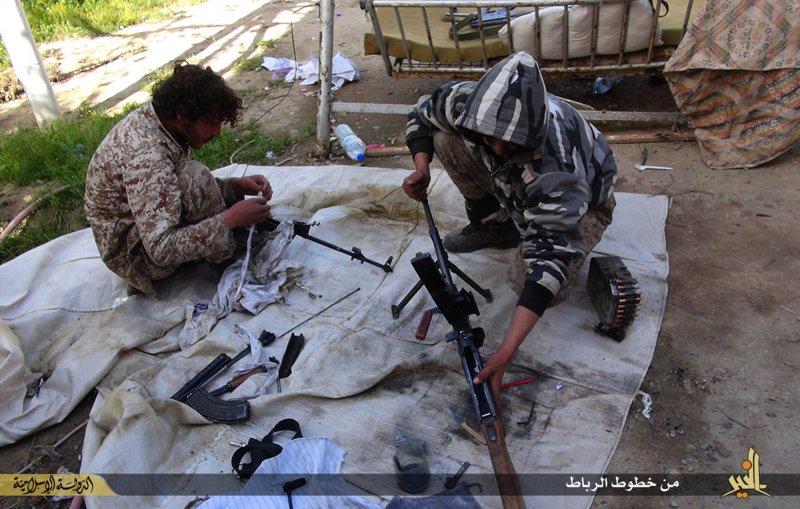 伊斯蘭國成員正在清理武器(美聯社)