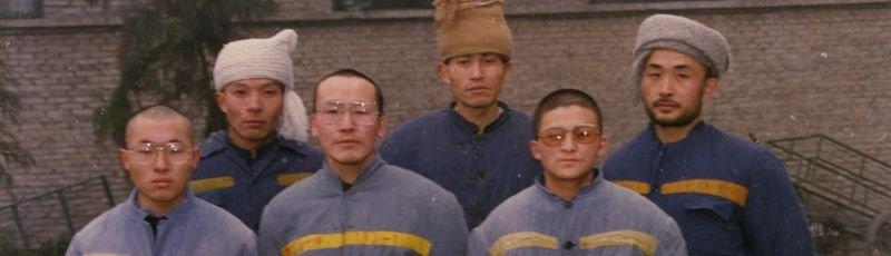 1990年代被關押的獄友們,前排中間為李必豐,廖亦武在後排右一。(取自釋放李必豐官網)