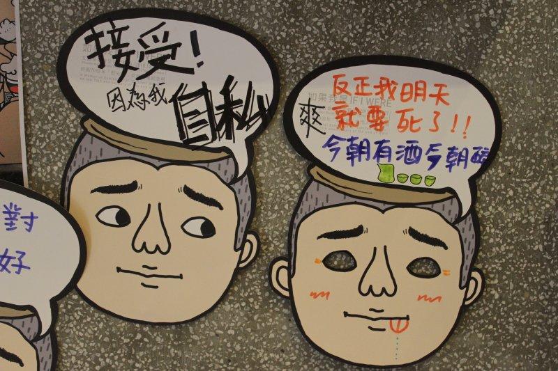 作品反映多元聲音,也有部分同學身處日本軍人角度,表示可能會因為「上級」命令,使用慰安卷、保險套。(廖欣俞攝)