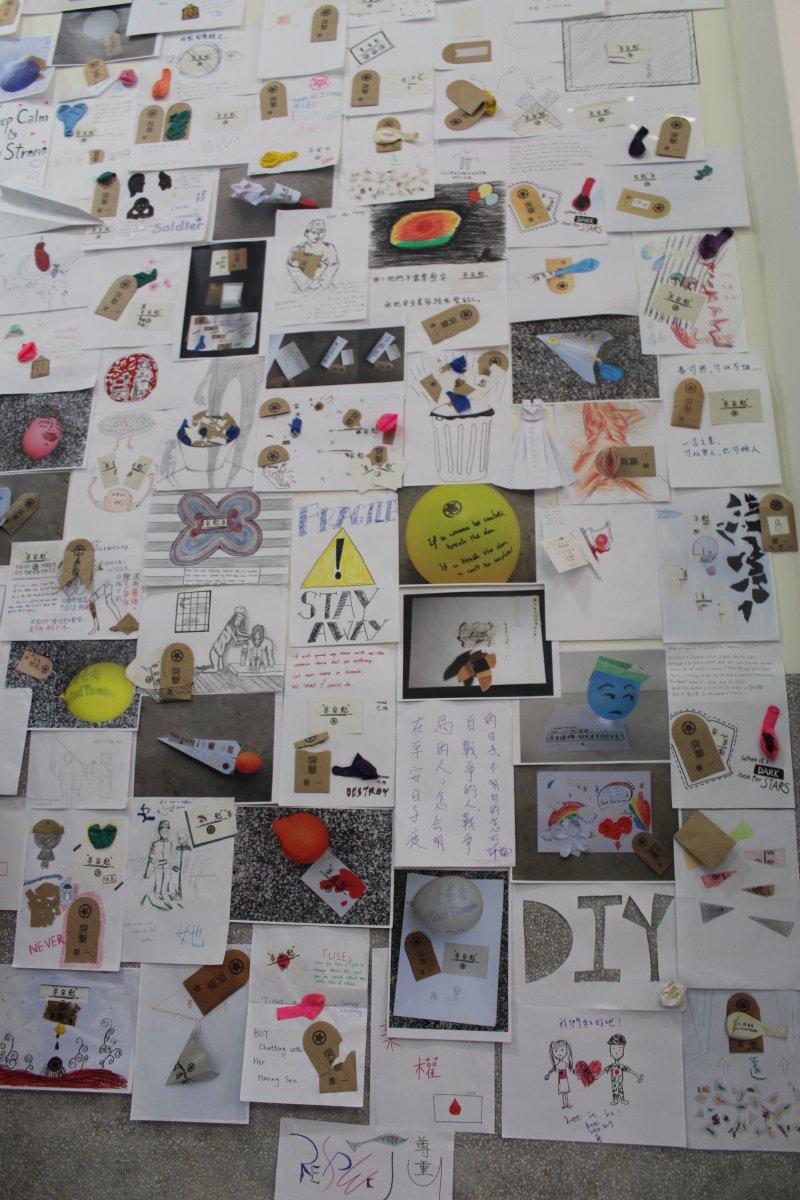 展場牆壁以2013到2015年間,香港、台灣、香港學生們用仿「慰安卷」、「突襲一番保險套」為材料,以「如果我是日軍」主題所進行的創作來佈置。(廖欣俞攝)