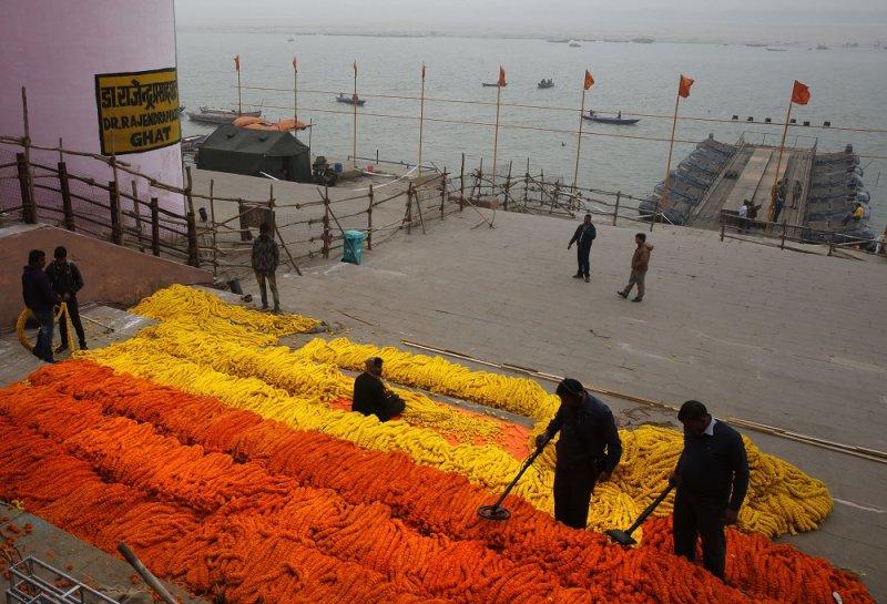 印度安檢人員檢查恆河祭典安全(美聯社)