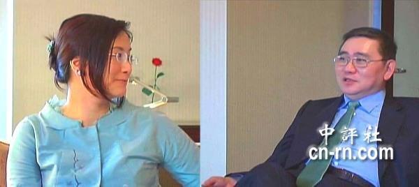 王文洋(右)與學生呂安妮(左)的「愛美人不愛江山」的新聞,曾經是台灣街頭巷尾熱議的焦點。(中評社)