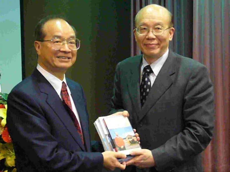 台大校長陳維昭(左)、李嗣涔。(取自台大網站)