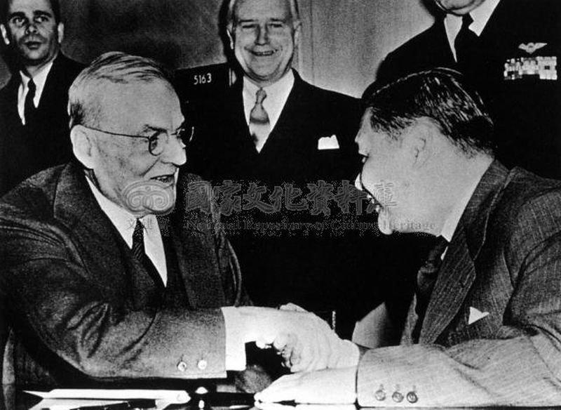 中美共同防禦條約在華盛頓簽字,外交部長葉公超(前右)與美國國務卿杜勒斯(前左)握手致意。(圖片來源:國家文化資料室)