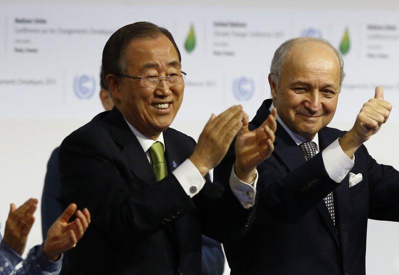 巴黎氣候峰會,左起:聯合國秘書長潘基文、法國外長法比尤斯(Laurent Fabius)(美聯社)
