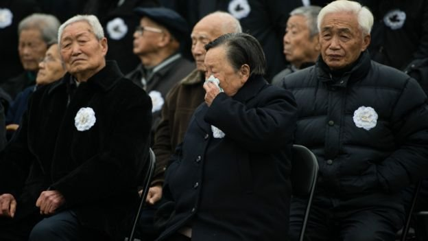 出席儀式的代表包括南京大屠殺倖存者夏淑琴(拭淚者)。 (BBC中文網)