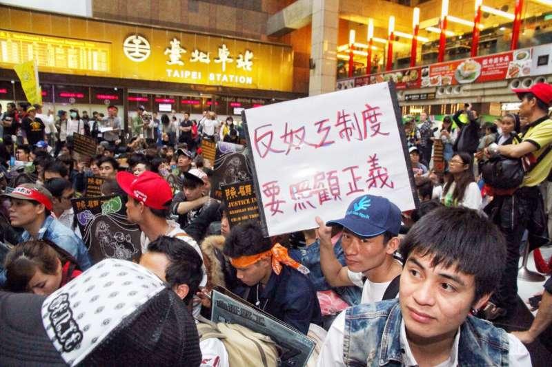 2015移工大遊行,移工進入台北車站,由於過去外籍移工在開齋節時舉辦慶祝卻遭台灣人揚言驅趕,因此特別前往車站廣場佔領。(曾原信攝)