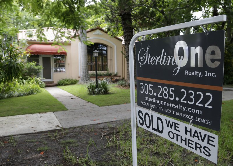 美國財經媒體建議,想買房的消費者應該謹慎做決定(美聯社)