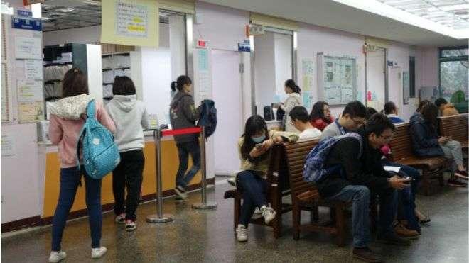 台灣大學保健中心,為全民健保特約診所,學生或一般民眾只要具健保身份就能看診。(BBC中文網)
