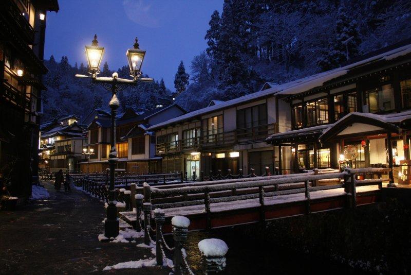 雪夜的銀山溫泉,讓人有時光穿越的錯覺。(圖/yuanchih chen@Flickr)