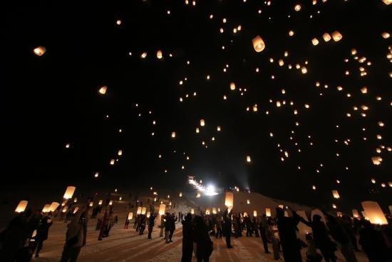 雪地裡的天燈,多了一分北國的鄉愁。(圖/新潟縣觀光官方網站)