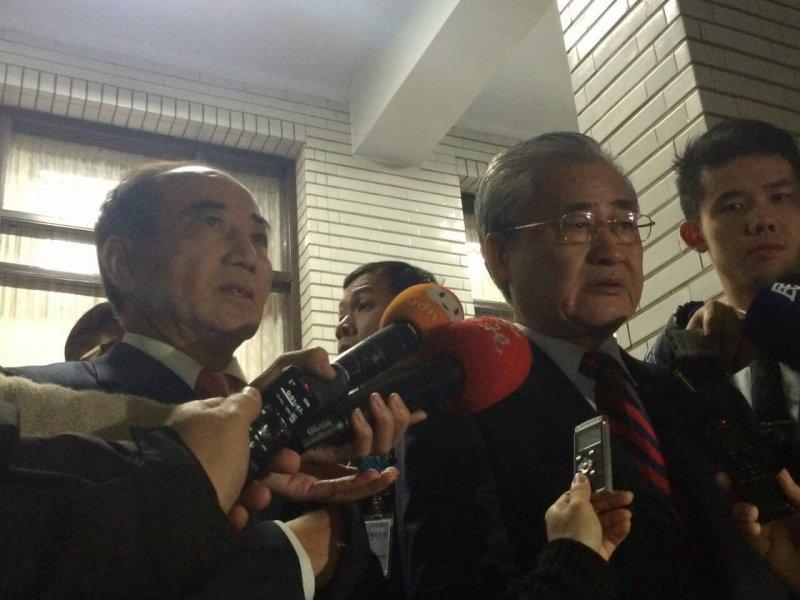 立法院長王金平(左)表示:立法院第8屆一共通過904個議案,這也是繼第7屆921案後,差不多的立法成果。(周怡孜攝)