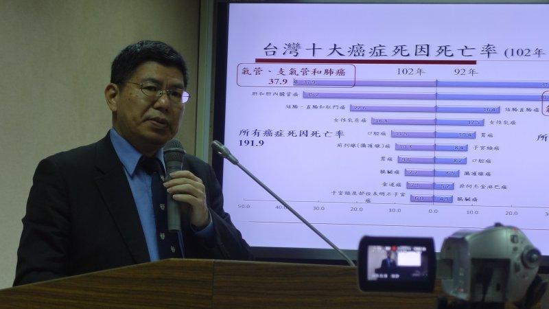 詹長權教授於會議上表示台灣新的國病便是肺癌,台灣每五個死於癌症的女性,有一個便是肺癌。(郭佩凌攝)