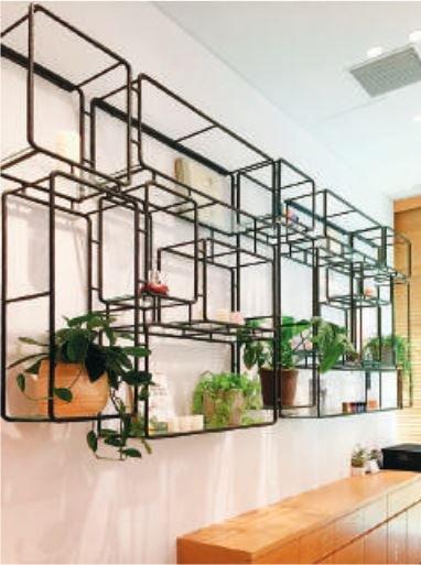 櫃台後方的櫃架,是充滿設計與巧思 的場景。